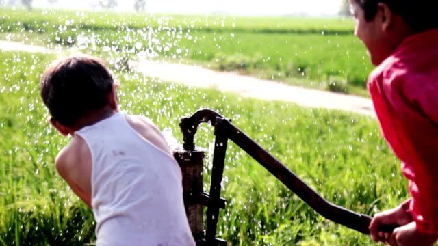 durstige kind spielt im freien in der natur mit dem wasser - entwicklungsland stock-videos und b-roll-filmmaterial