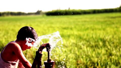 törstiga barn som leker utomhus i naturen med vatten - törstig bildbanksvideor och videomaterial från bakom kulisserna