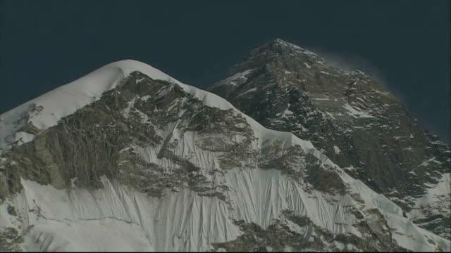 thirteenth body recovered from mount everest following avalanche lib gvs himalayan mountain range mount everest mountaineers' tents at base camp - basläger bildbanksvideor och videomaterial från bakom kulisserna