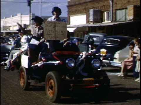 this 1950s home movie captures an unknown family in crosby county / the family attends a parade, likely for the post stampede rodeo in post. - カウボーイハット点の映像素材/bロール