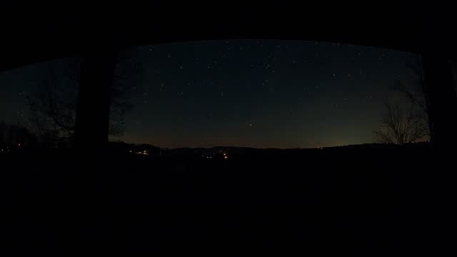 vídeos y material grabado en eventos de stock de this beautiful time lapse may have captured jupiter around 40 seconds setting on the horizon - it';s quick but it does seem to have rings. there's... - 40 seconds or greater