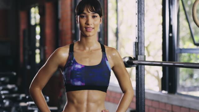 vídeos de stock, filmes e b-roll de este corpo foi feito no ginásio - corpo humano