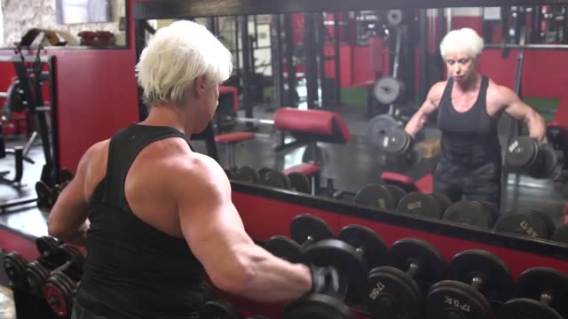 vidéos et rushes de this bodybuilding grandmother can lift her own weight at the age of 68 she says her toned figure and ripped physique means she is chatted up by... - body building