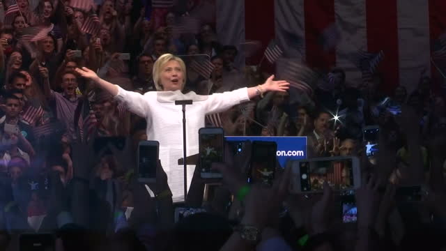 vidéos et rushes de this clip contains music playing in the background that may require additional clearance. clean: interior shots of hillary clinton greeting crowds of... - élection