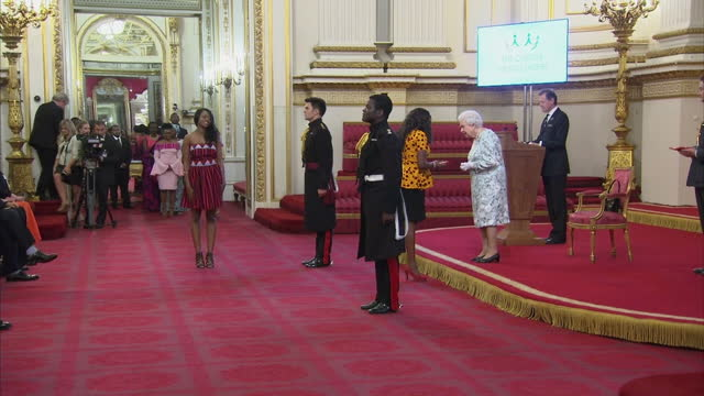 this clip contains music playing in the background that may require additional clearances. clean: interior shots of the queen presenting medals to... - 式典点の映像素材/bロール