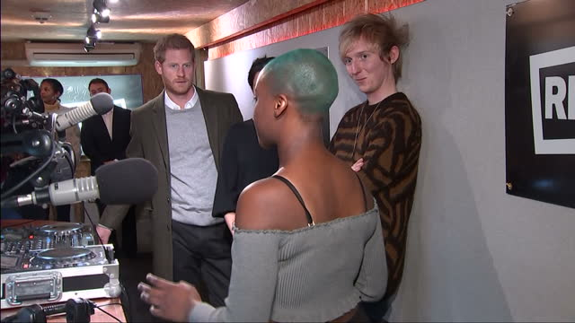 vídeos de stock, filmes e b-roll de this clip contains music playing in the background that may require additional third party clearances clean interior shots of prince harry and meghan... - radiodifusão