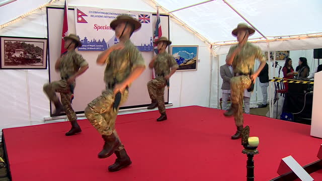vídeos y material grabado en eventos de stock de this clip contains music that may require additional clearances clean interior shots of prince harry watching a group of gurkhas perform a... - gurkha