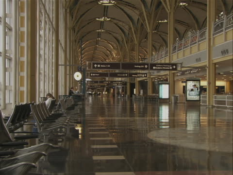 this clip is a a terminal in ronald reagan washington national airport. you can see waiting area seats along the side of the terminal and the high... - flughafen washington ronald reagan national stock-videos und b-roll-filmmaterial