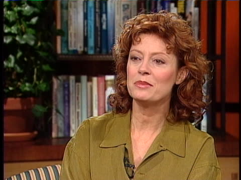 this clip is an interview with actress susan sarandon and she is discussing working with actress natalie portman. itõs in a medium shot in a studio... - スーザン・サランドン点の映像素材/bロール