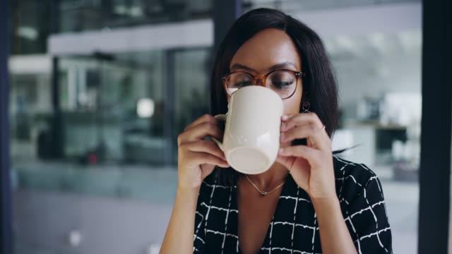vidéos et rushes de ce café est exactement ce dont j'avais besoin - mug