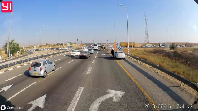 vídeos y material grabado en eventos de stock de this driver thought it was a good idea to ride on the shoulder of the highway in order to skip the traffic jam, but this risky move proved not to be... - otros temas