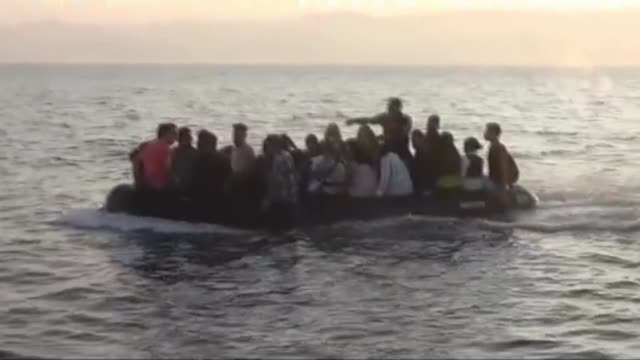 vídeos y material grabado en eventos de stock de this footage provided by turkish coast guard command on august 04 2017 shows a total of 31 syrian refugees who were trying to reach greece's chios... - refugiados