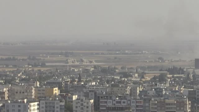 this footage taken from ceylanpinar district in turkey's border province of sanliurfa on october 13 2019 shows smoke rising from the terrorist... - siria video stock e b–roll