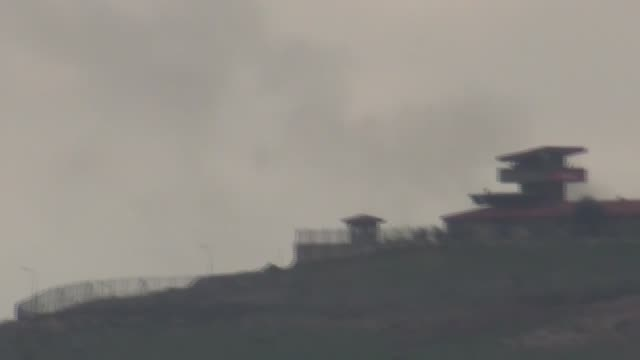 this footage taken from turkey's southern hatay province on the syrian border on february 27 2018 shows turkish army shelling on pyd/pkk targets in... - sgranata video stock e b–roll
