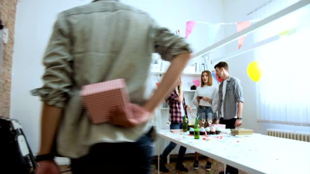 stockvideo's en b-roll-footage met dit is een gift voor u - verjaardagskado
