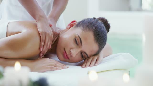 vidéos et rushes de c'est un lieu de bonheur - massage table