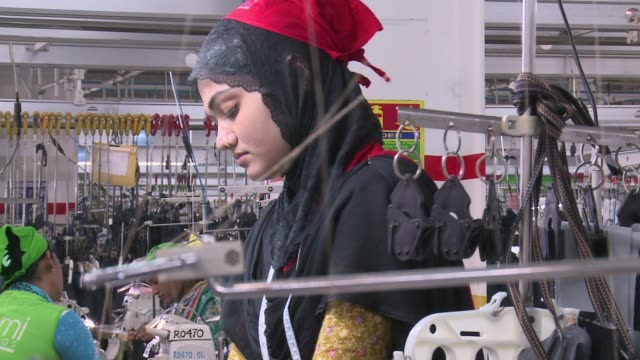 vidéos et rushes de this is a wellrun iso standard facory but in many ittle has changed since the 2013 rana plaza disaster and some companies have not signed up to the... - bangladesh