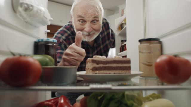 vidéos et rushes de c'est un délicieux gâteau ! - pouce levé