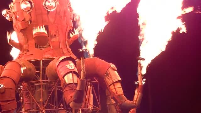 vídeos de stock, filmes e b-roll de this is el pulpo mecanico, a flaming 25-foot mechanical octopus that was built after a successful kickstarter campaign. it featured in the desert... - pulpo