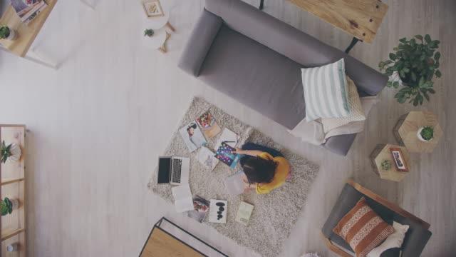 stockvideo's en b-roll-footage met dit is haar te krijgen gedaan kamer - opeenvolgende serie