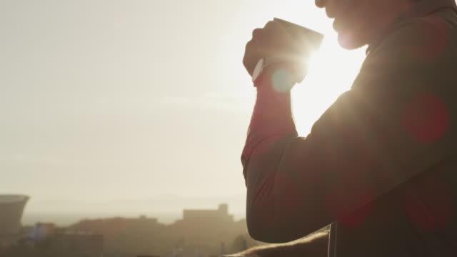 vídeos de stock, filmes e b-roll de é assim que a manhã de todos deve começar - varanda