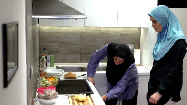 so nutzte die ofenmutter lernende tochter zum kochen - oman stock-videos und b-roll-filmmaterial