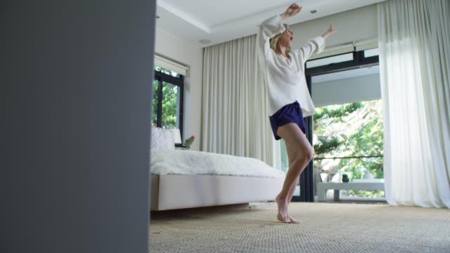 vidéos et rushes de c'est ainsi que vous commencez votre journée - brightly lit