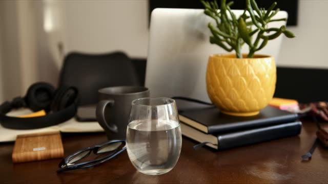 これは自宅で私の居心地の良いオフィスです - 片付いた部屋点の映像素材/bロール