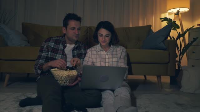 detta är vår perfekta rolig kväll. - popcorn bildbanksvideor och videomaterial från bakom kulisserna