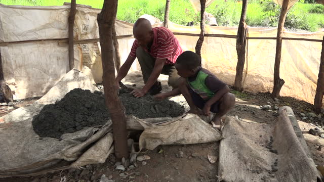 stockvideo's en b-roll-footage met this is part two of a two part report voiced a sky news investigation has found children as young as four working in appalling conditions in cobalt... - mijnindustrie