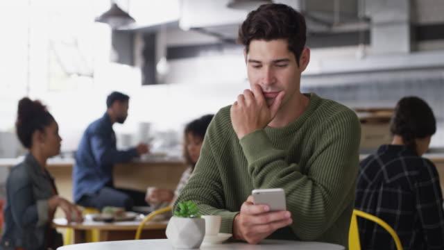 das ist so ein lustiger text - internet café stock-videos und b-roll-filmmaterial