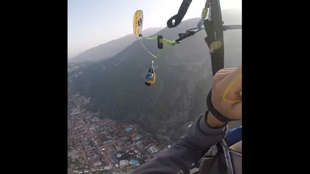 vídeos y material grabado en eventos de stock de this is the ultimate extreme sport! check it out as this guy attempts to walk a tightrope way up high in the sky. let's just say it's great news he's... - otros temas