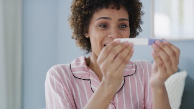 これは本当に上からの祝福です - 妊娠テスト点の映像素材/bロール