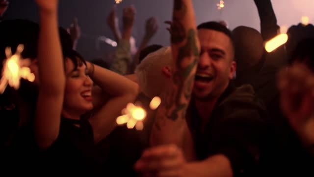 vidéos et rushes de cette fête est allumée ! - dancing