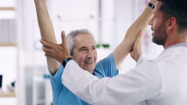 diese physiotherapie ist genau das, was ich brauche - menschliche gliedmaßen stock-videos und b-roll-filmmaterial