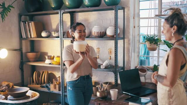 この鍋は家で見栄えが良いでしょう - 陶器点の映像素材/bロール