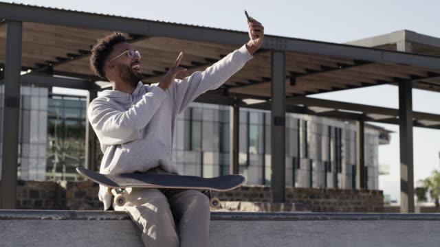 anche questo pattinatore scatta molti selfie - disinvolto video stock e b–roll