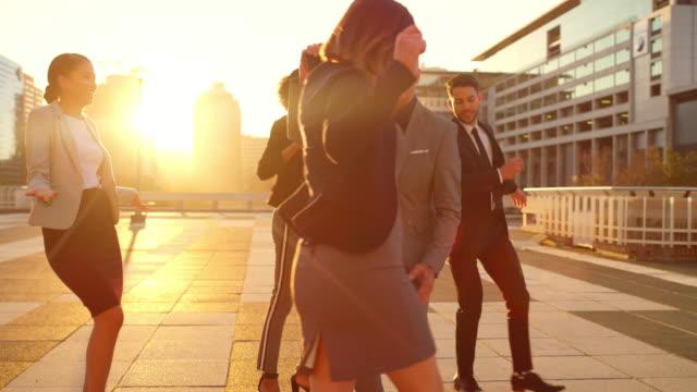 vidéos et rushes de ce succès leur donne envie de danser - collègue