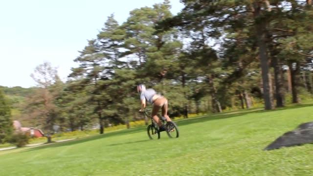 vídeos y material grabado en eventos de stock de this super talented bmx rider does a front flip going backwards and then proceeds to flawlessly land backwards. incredible! - otros temas