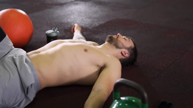 vídeos y material grabado en eventos de stock de este entrenamiento fue tan agotador - masculinidad