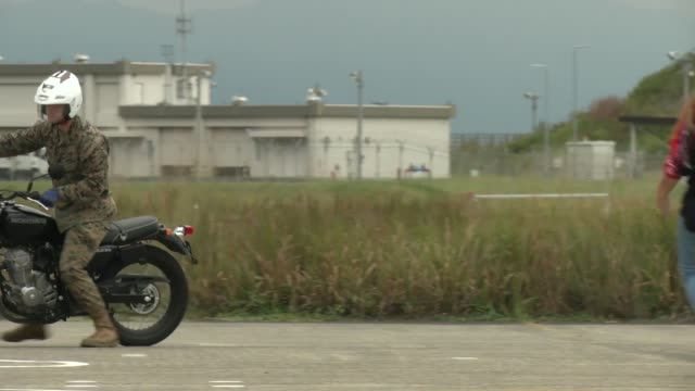 this video contains footage of residents from marine corps air station iwakuni taking the basic motorcycle rider course to learn how to manoeuvre... - 米国海兵隊点の映像素材/bロール