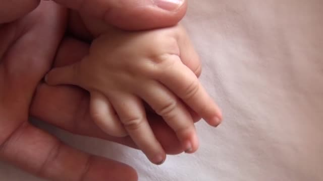 vídeos y material grabado en eventos de stock de this video shows the 4 months baby with six fingers at both hands and feet; totally 24 fingers, in kiziltepe state hospital in turkey's eastern... - 6 11 months