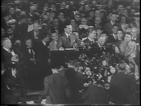 thomas dewey continues speech / the crowd cheers - anno 1944 video stock e b–roll