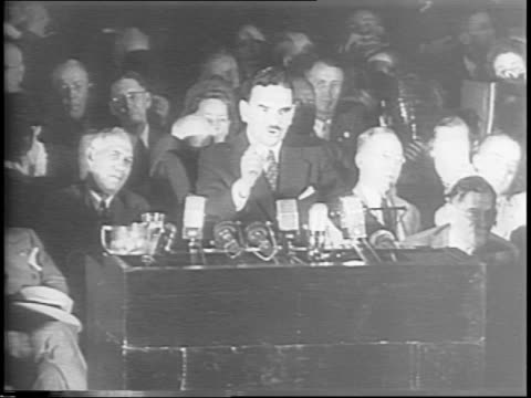 thomas dewey speaking at podium / crowd applauding / dewey continues speech - anno 1944 video stock e b–roll