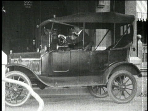 thomas edison's chauffeur drives him to workn - anno 1910 video stock e b–roll