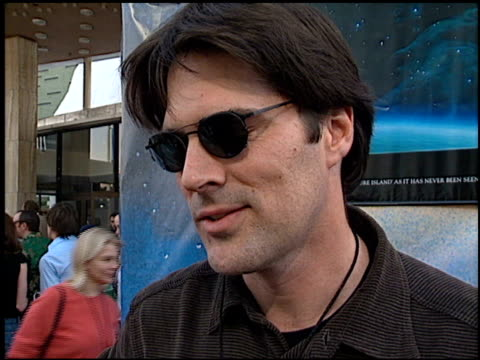 thomas gibson at the 'treasure planet' premiere at the cinerama dome at arclight cinemas in hollywood california on november 17 2002 - arclight cinemas hollywood video stock e b–roll