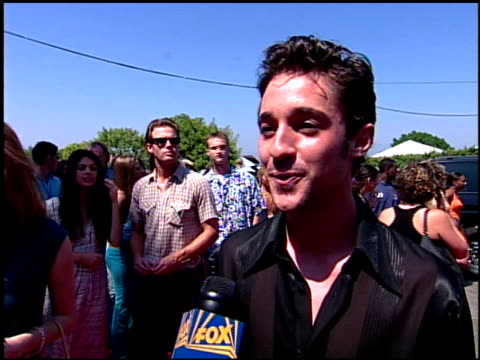 thomas ian nicholas at the 2001 teen choice awards arrivals at universal amphitheatre in universal city california on august 12 2001 - annual teen choice awards stock videos & royalty-free footage