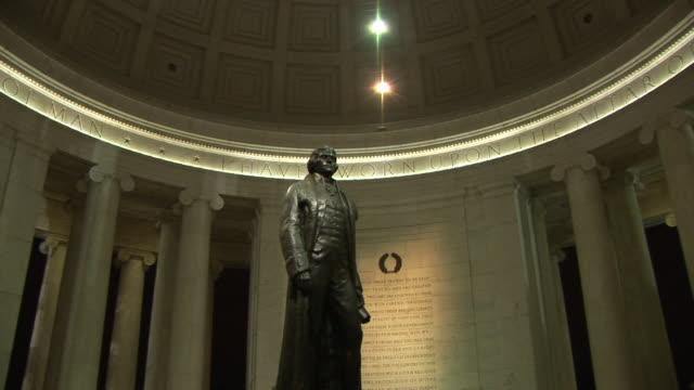 ms, zi, thomas jefferson statue in jefferson memorial, washington dc, washington, usa, - ジェファーソン記念館点の映像素材/bロール