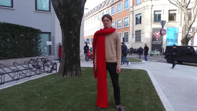 vídeos de stock e filmes b-roll de thomas reichegger wearing gucci slipper shoes topman knit topman pants selfmade red scarf on january 14 2017 in milan italy - cachecol