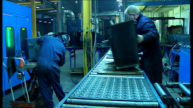 vidéos et rushes de manufacturing thomas storey manufacturing shots continued worker screwing bolts onto machine part/pieces of machine equipment being welded together/... - tôle
